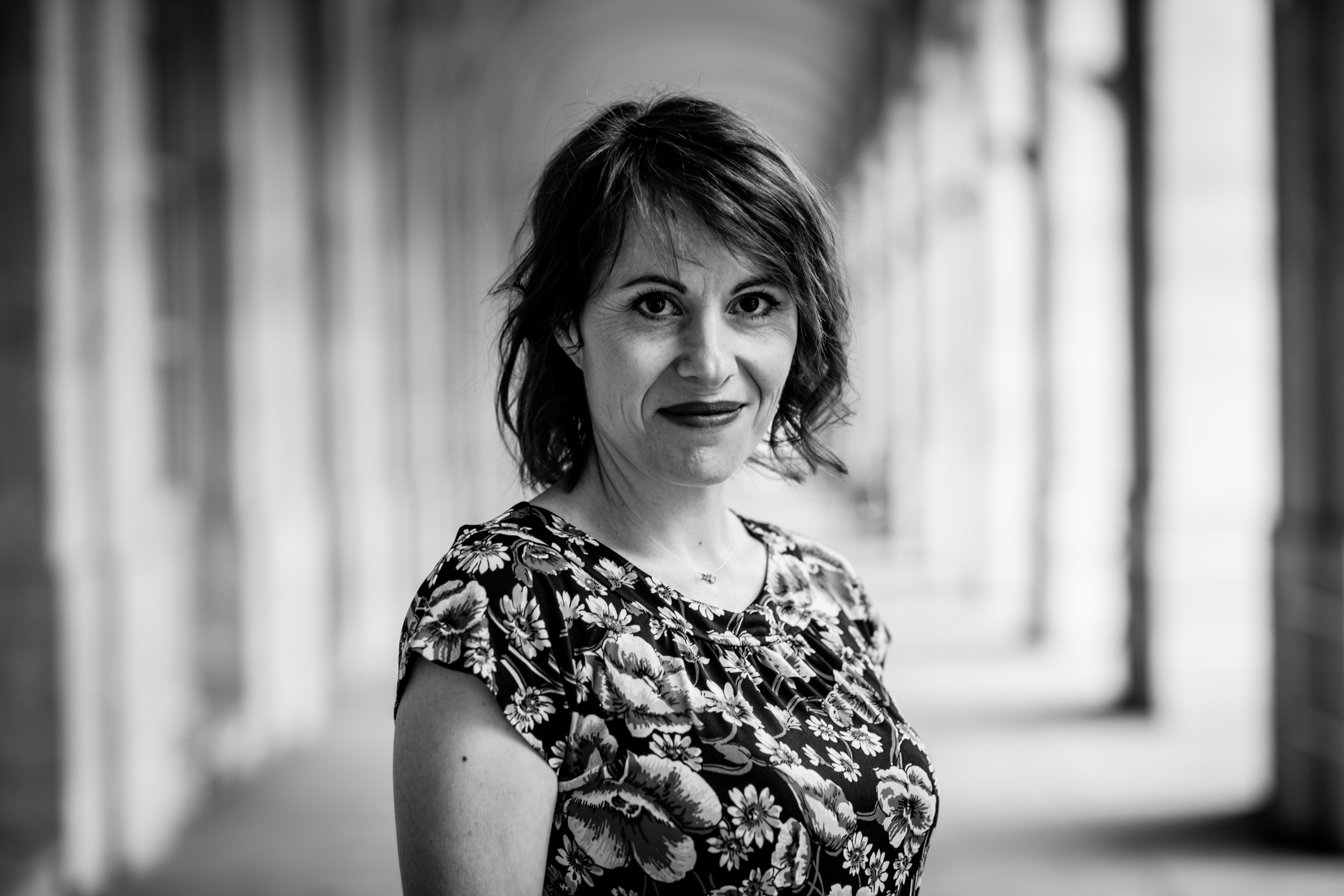 Photo en noir et blanc de Carole CIVET, praticienne en neurofeedback.